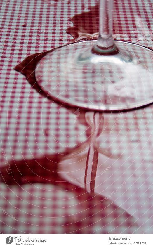 Vin Rouge Lebensmittel Getränk Wein Glas Alkohol Restaurant Feste & Feiern dreckig Flüssigkeit rot weiß Nervosität Alkoholsucht Missgeschick Rotwein verschütten