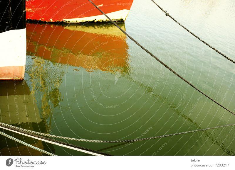vor Anker Wasser alt weiß Meer rot ruhig schwarz Holz Wasserfahrzeug Metall Umwelt Seil Verkehr Hafen festhalten Schifffahrt