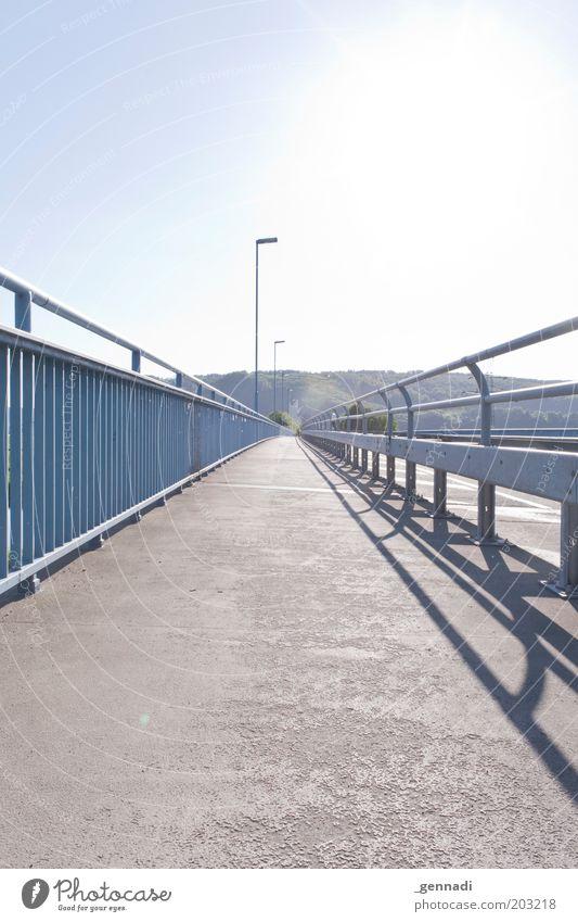 Way Home Landschaft Holzminden Lüchtringen Brücke Weserbrücke Fahrradweg heiß Sommer Sonne Überstrahlung himmelblau Himmel Laterne Laternenpfahl Farbfoto