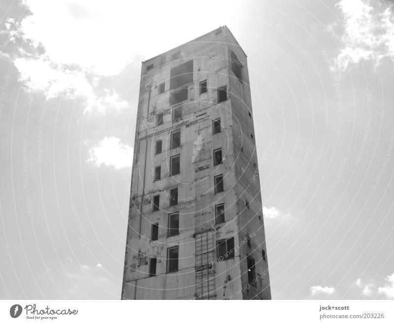 Turm Steine Scherben Himmel Wolken Ruine Bauwerk Beton außergewöhnlich eckig groß hässlich hell kaputt Stimmung standhaft zurückhalten Ende Endzeitstimmung