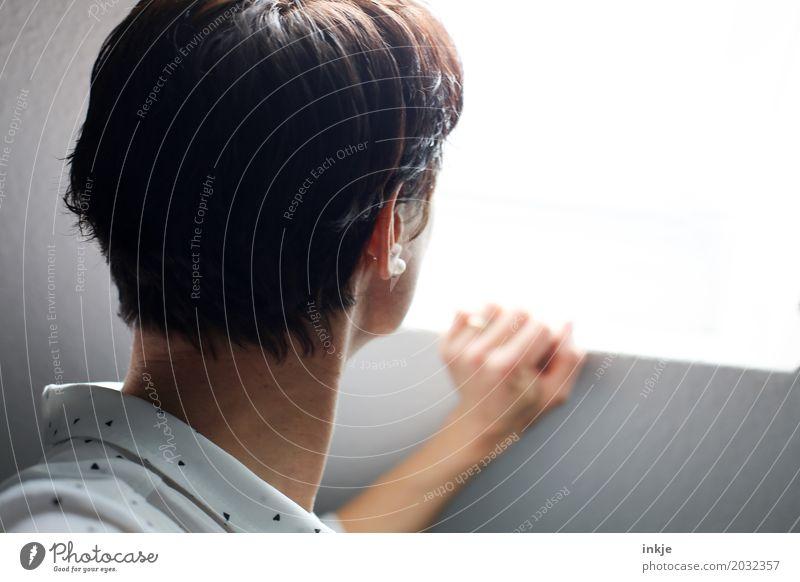 . Lifestyle Stil Freizeit & Hobby Fenster Frau Erwachsene Leben Kopf Haare & Frisuren 1 Mensch 30-45 Jahre 45-60 Jahre schwarzhaarig brünett kurzhaarig Blick