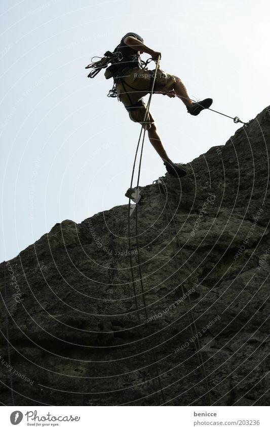 Climbing Mensch Mann Sommer Sport Berge u. Gebirge Stein maskulin Seil Felsen Sicherheit gefährlich Klettern sportlich abwärts Risiko Helm