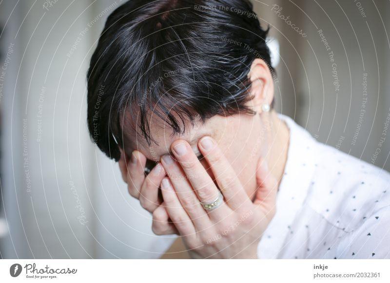 Frau verbirgt Gesicht mit den Händen Lifestyle Stil Erwachsene Leben Hand 1 Mensch 30-45 Jahre 45-60 Jahre Haare & Frisuren schwarzhaarig kurzhaarig Traurigkeit
