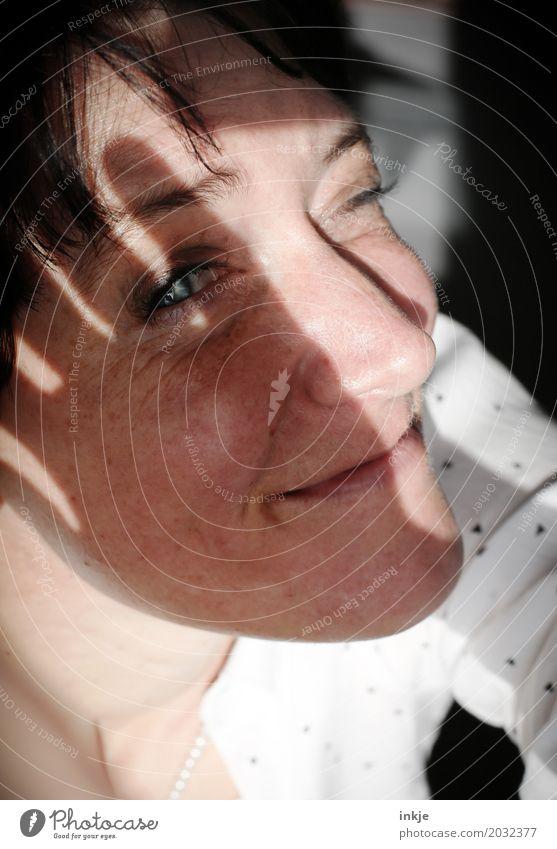 Sonnenblende Mensch Frau schön Freude Gesicht Erwachsene Leben Lifestyle Gefühle Stil hell Freizeit & Hobby Zufriedenheit modern 45-60 Jahre Lächeln