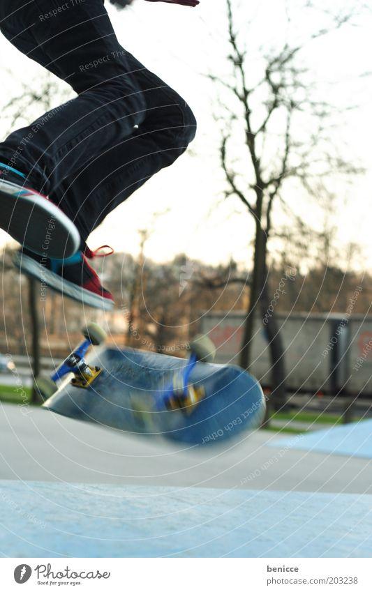 Skate Skateboarding Jugendliche Mensch springen Bewegung Park Natur Aktion Extremsport Coolness Fuß Beine gefährlich Risiko kunststück Sport-Training sportlich