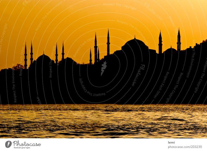 Skyline des alten Istanbul Hafenstadt Altstadt Bauwerk Gebäude historisch gelb Türkei Silhouette Moschee Bosporus Hagia Sophia Abenddämmerung Minarett