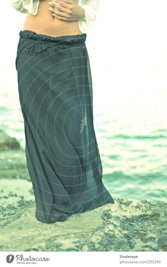 Mensch Jugendliche Meer Erotik Stein Beine Erwachsene Rock Junge Frau Taille Bekleidung 18-30 Jahre
