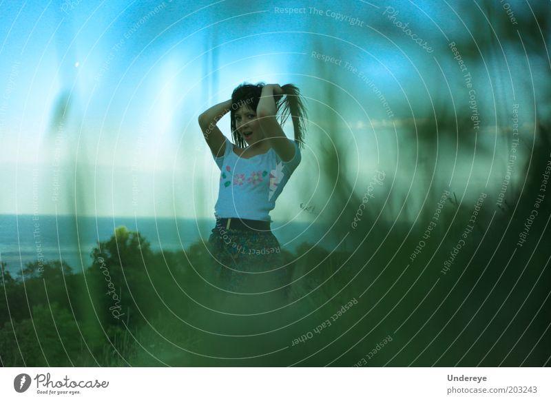 Jugendliche Himmel grün blau Gras Behaarung Lächeln Frau Junge Frau 13-18 Jahre