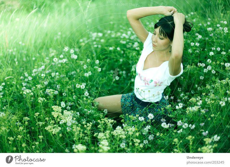Mensch Jugendliche Blume grün Erotik Feld Erwachsene Behaarung Junge Frau 18-30 Jahre