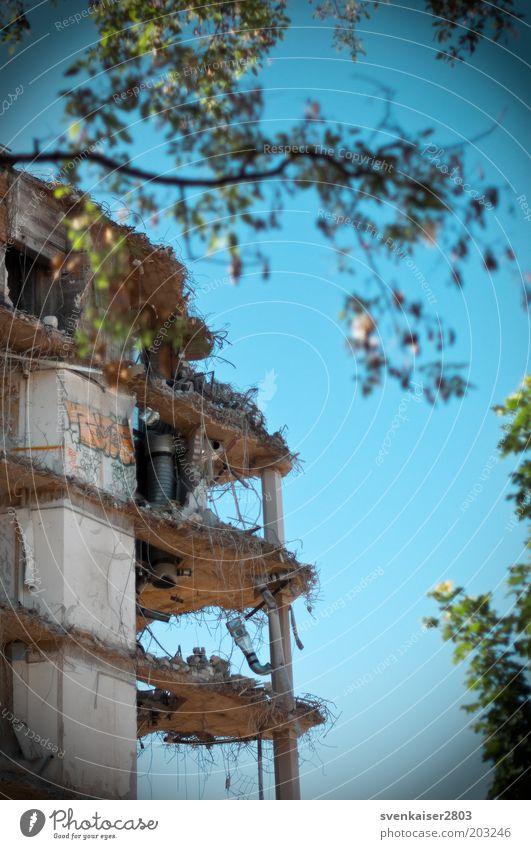 Verletzung alt blau grün Haus Wand Architektur Gebäude Mauer grau dreckig Vergänglichkeit kaputt Baustelle Bauwerk Verfall Ende