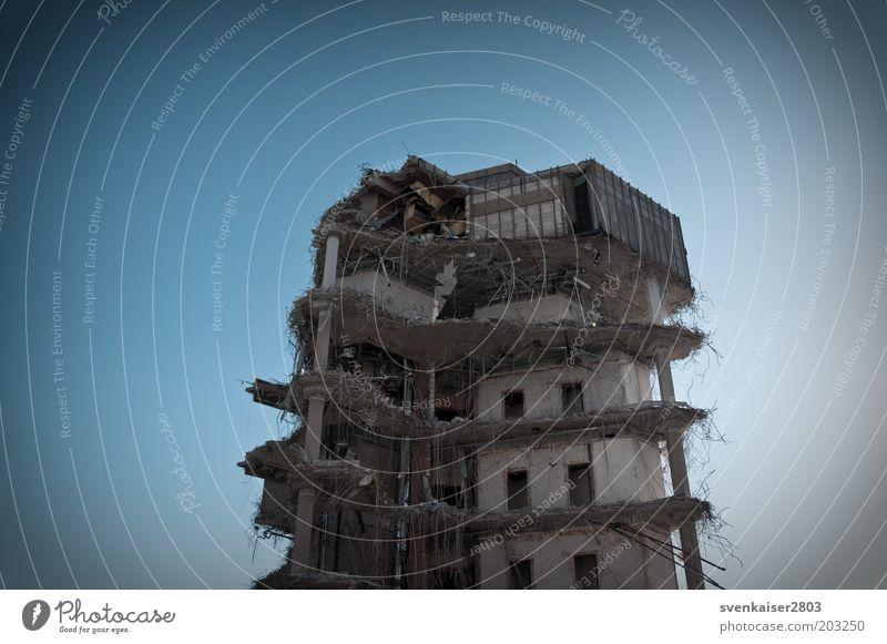 Etagen mit Ausblick alt blau Haus Fenster Architektur Gebäude grau Fassade dreckig Vergänglichkeit kaputt Bauwerk Verfall Ende Ruine Zerstörung