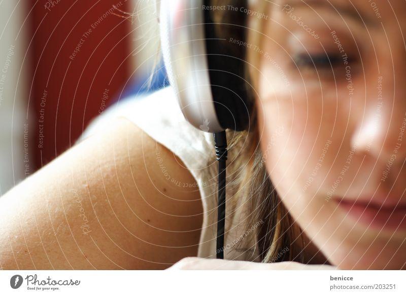 relax Frau Jugendliche weiß Auge Erholung Musik Zufriedenheit hell liegen Freizeit & Hobby Häusliches Leben hören brünett Kopfhörer Porträt