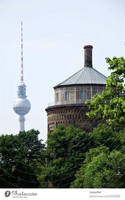 Wasserturm mit Fernsehturm Stadt Berlin Gebäude Architektur Deutschland elegant groß hoch Turm Denkmal Bauwerk historisch Wahrzeichen Stadtzentrum