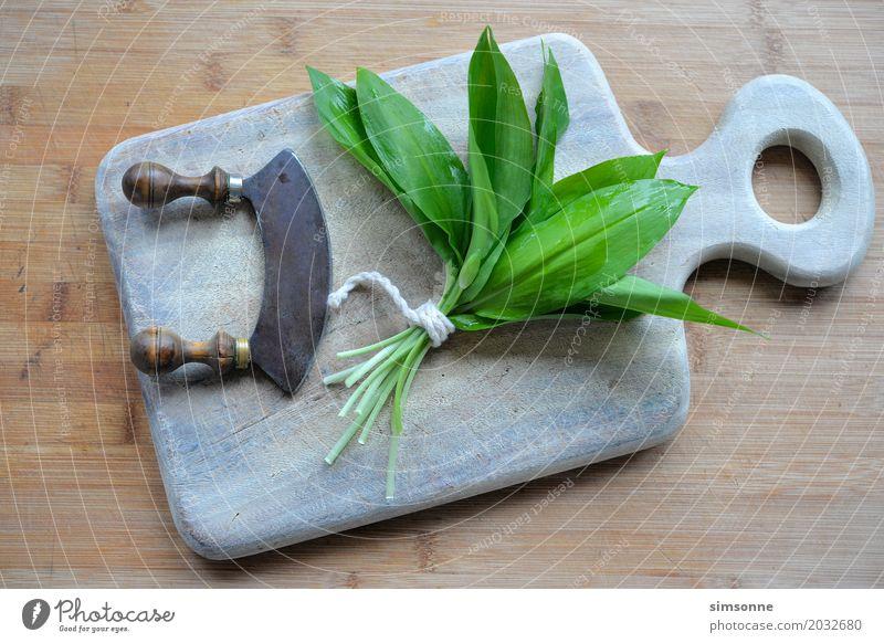 frischer Bärlauch in der Küche Kräuter & Gewürze Frühling Blatt grün Pesto essen Bärlauchpesto Messer schneiden Bärlauchblätter Bärlauch-Rezept Farbfoto Tag