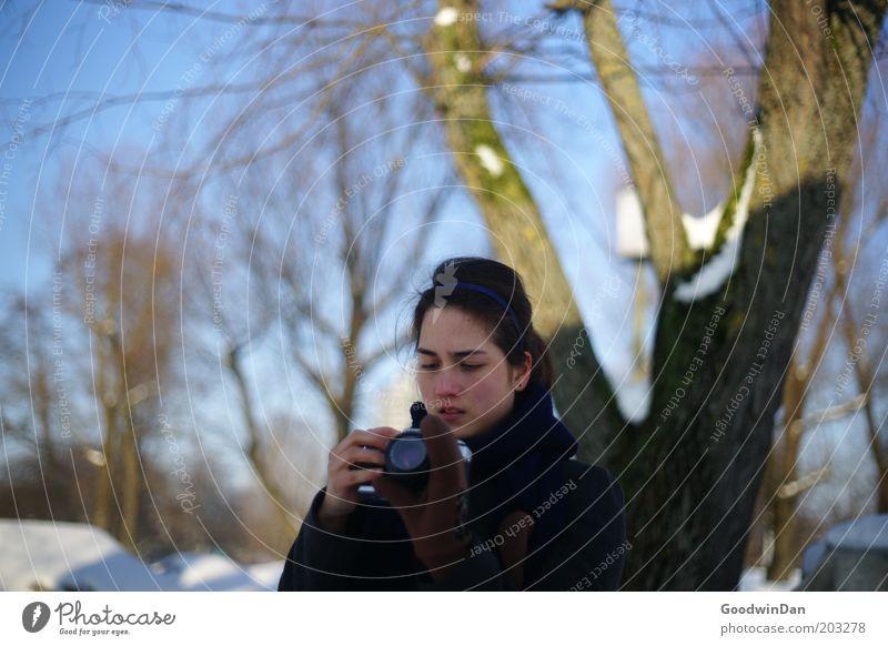 """"""" hab's gleich """" Mensch feminin Junge Frau Jugendliche Natur Schnee wählen gebrauchen warten kalt Interesse Farbfoto Außenaufnahme Tag Schatten"""