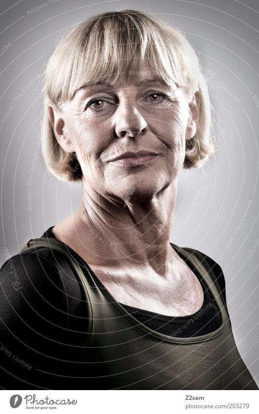 SENIOR(ITA) Frau Mensch schön alt Gesicht Senior feminin Kopf Zufriedenheit Kraft blond Erwachsene elegant ästhetisch T-Shirt natürlich