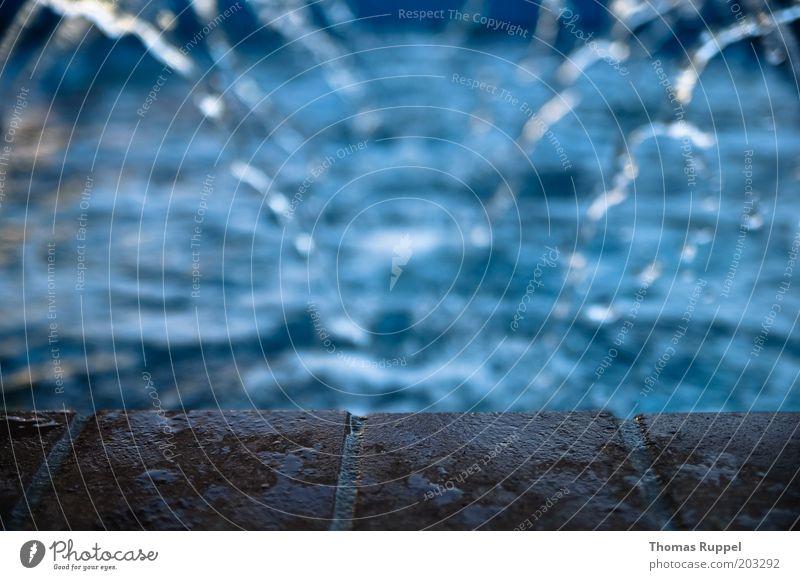 waterfall Wasser Wassertropfen Menschenleer Brunnen Stein Beton Backstein blau braun Farbfoto Gedeckte Farben Außenaufnahme Tag Abend Schwache Tiefenschärfe