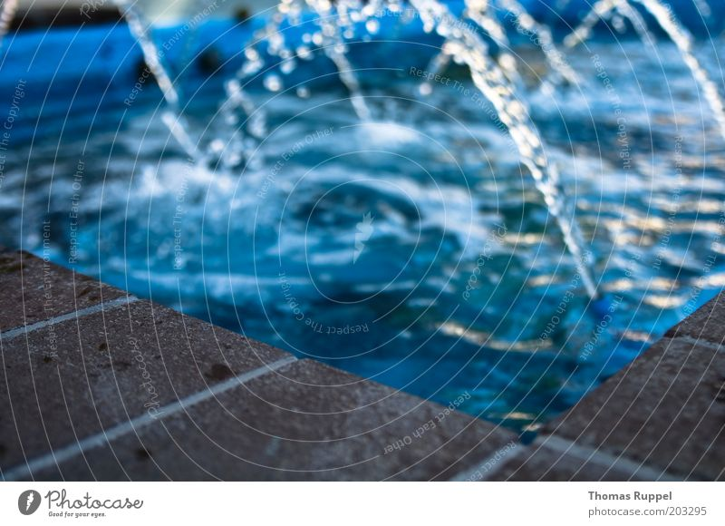 waterfall I Wasser Wassertropfen Brunnen Stein Beton Backstein blau braun Farbfoto Gedeckte Farben Außenaufnahme Menschenleer Abend Licht Reflexion & Spiegelung