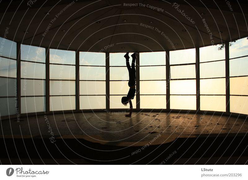 warteraum an der himmelspforte Mensch Jugendliche weiß schwarz gelb Junge Frau Fenster Stein braun gold Glas Beton Schönes Wetter ästhetisch Fitness dünn
