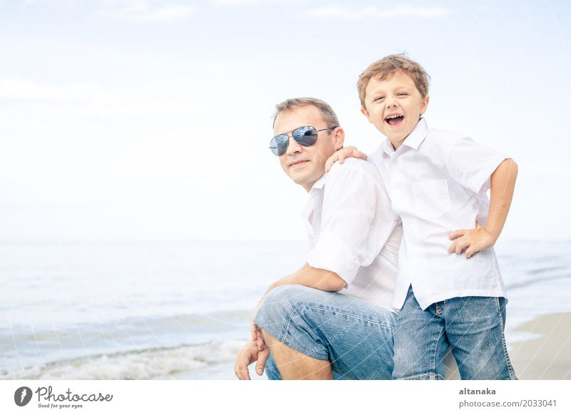 Vater und Sohn, die auf dem Strand spielen Kind Natur Ferien & Urlaub & Reisen Mann Sommer Sonne Meer Erholung Freude Erwachsene Leben Lifestyle Liebe Junge