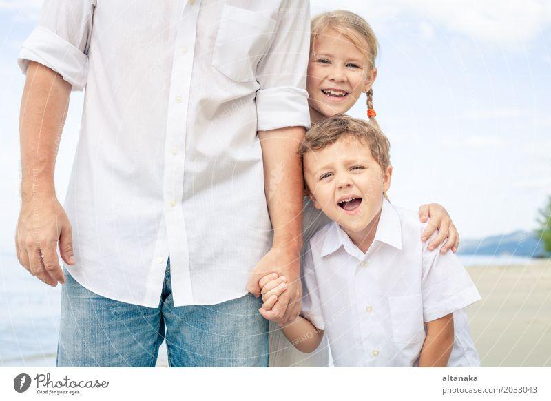 Vater und Kinder spielen am Strand Natur Ferien & Urlaub & Reisen Sommer Sonne Meer Erholung Freude Erwachsene Leben Lifestyle Liebe Junge
