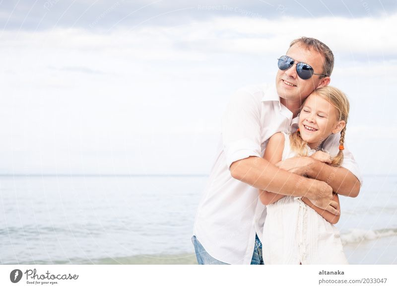Vater und Tochter Lifestyle Freude Leben Erholung Freizeit & Hobby Spielen Ferien & Urlaub & Reisen Ausflug Abenteuer Freiheit Sommer Sonne Strand Meer Kind