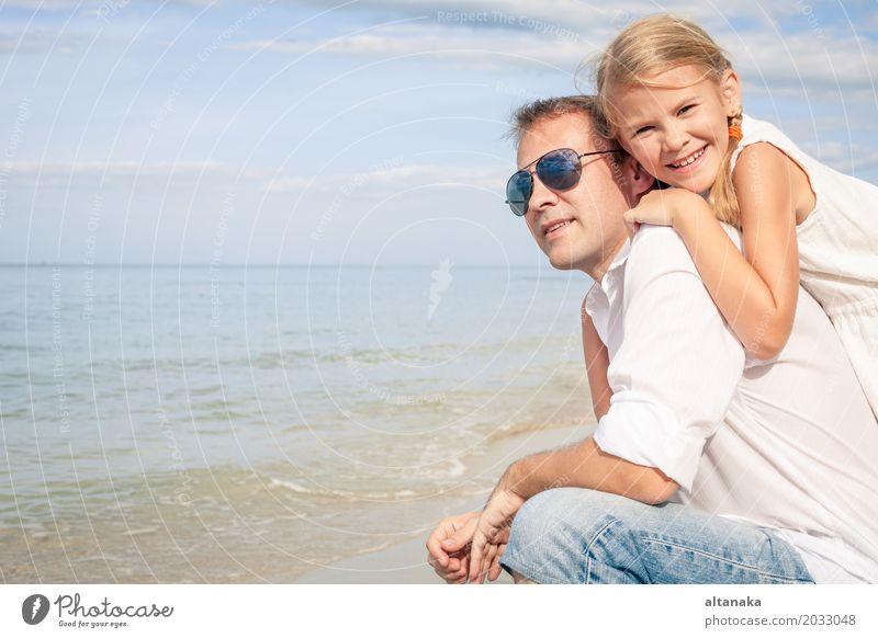 Vater und Tochter Frau Kind Natur Ferien & Urlaub & Reisen Sommer Sonne Hand Meer Erholung Freude Strand Erwachsene Leben Lifestyle Liebe