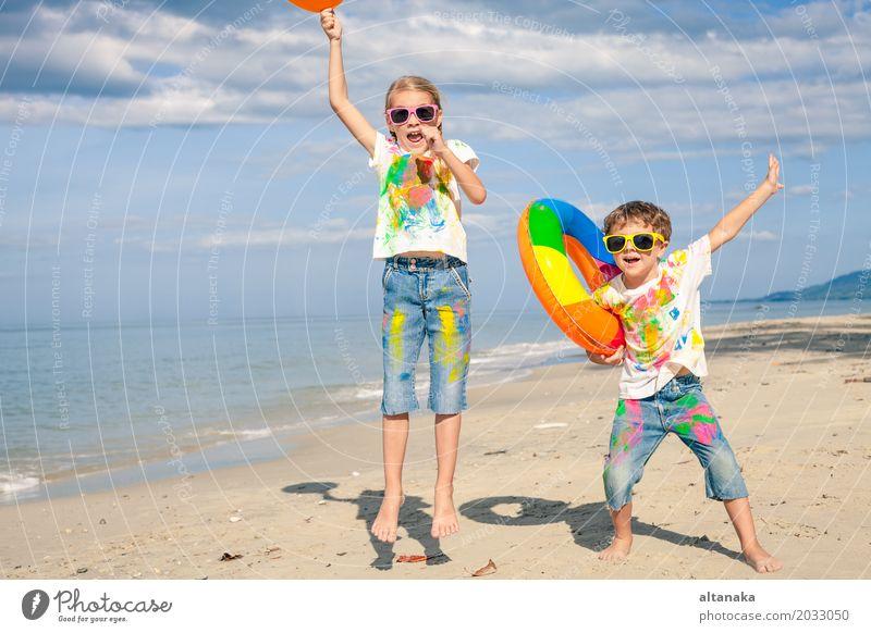 Glückliche Kinder spielen am Strand Mensch Natur Ferien & Urlaub & Reisen Sommer schön Sonne Hand Meer Erholung Freude Lifestyle Gefühle Sport
