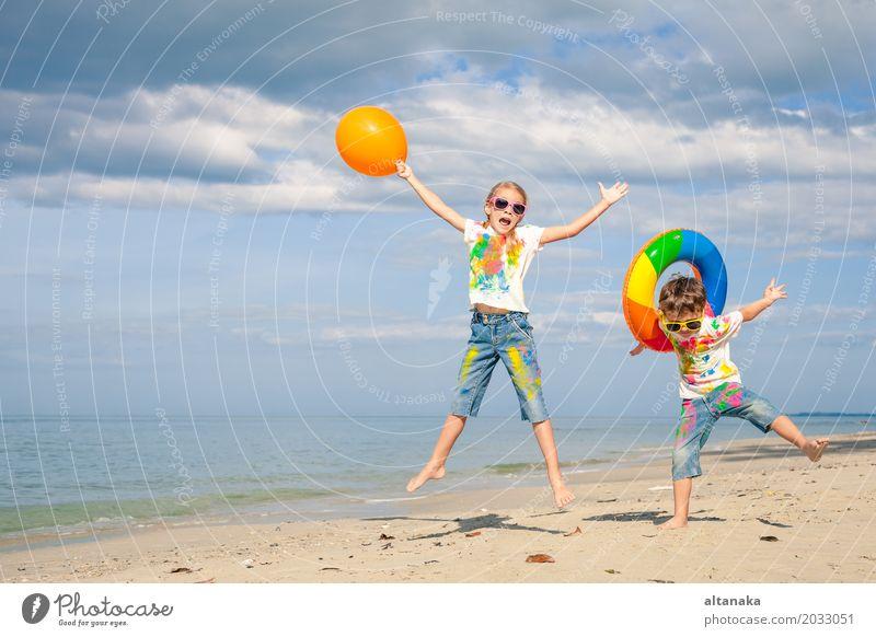 Glückliche Kinder spielen am Strand Lifestyle Freude schön Erholung Freizeit & Hobby Spielen Ferien & Urlaub & Reisen Abenteuer Freiheit Sommer Sonne Meer Sport