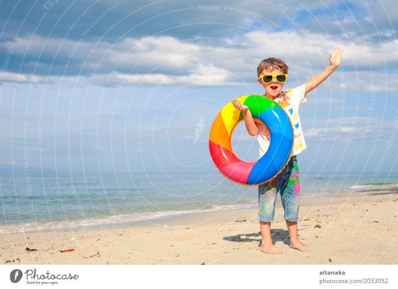 Kleiner Junge mit Gummiring Mensch Kind Natur Ferien & Urlaub & Reisen Mann Sommer Sonne Hand Meer Erholung Freude Strand Erwachsene Lifestyle Gefühle