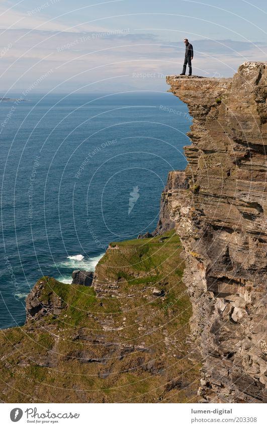Hoch hinaus Freiheit Insel Klettern Bergsteigen wandern Mann Erwachsene Felsen Küste Meer hoch Aussicht exponiert steil Mut Höhe gefährlich Klippe Farbfoto