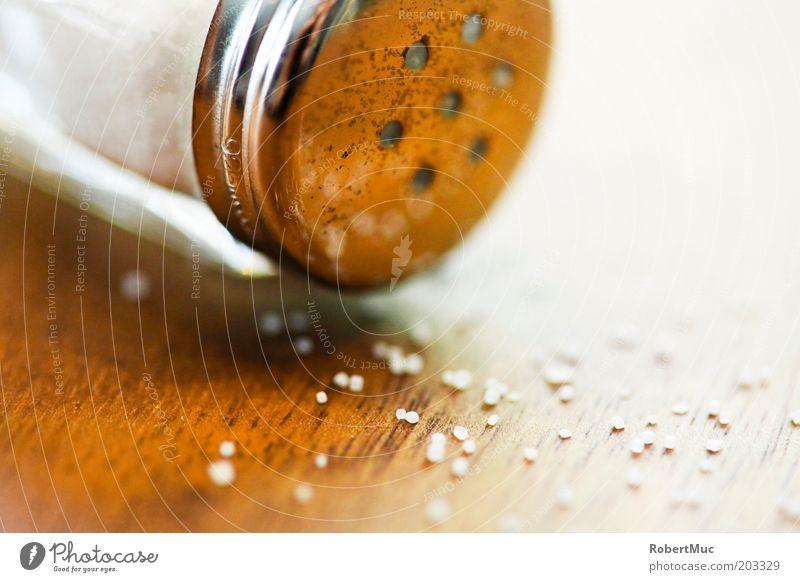 Salt on the Table weiß Ernährung Holz braun Lebensmittel Tisch Kräuter & Gewürze silber Makroaufnahme Salz Reflexion & Spiegelung Salzstreuer