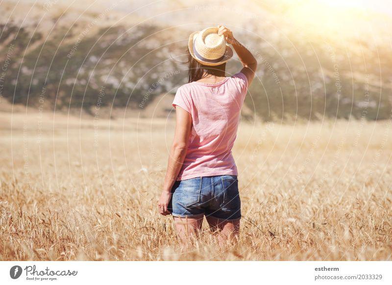 Durchdachtes Mädchen auf dem Weizengebiet Mensch Frau Natur Ferien & Urlaub & Reisen Jugendliche Junger Mann Landschaft Einsamkeit Erwachsene Leben Lifestyle