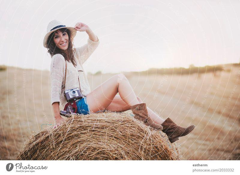 Lächelndes Mädchen, das auf dem Stroh sitzt Mensch Frau Ferien & Urlaub & Reisen Jugendliche Junge Frau Sommer Gesicht Erwachsene Leben Lifestyle Beine Freiheit