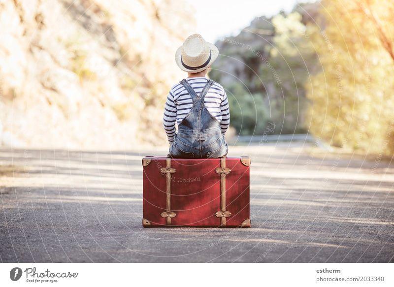 Junge mit Koffer auf der Straße Mensch Kind Natur Sommer Landschaft Wald Leben Frühling Wege & Pfade träumen Park Verkehr Feld Körper
