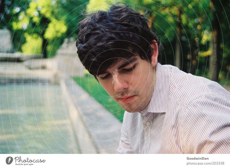Weißt du noch... Mensch maskulin Junger Mann Jugendliche Natur Wasser Park Brunnen Sehenswürdigkeit Hemd brünett Erholung genießen warten authentisch Stimmung