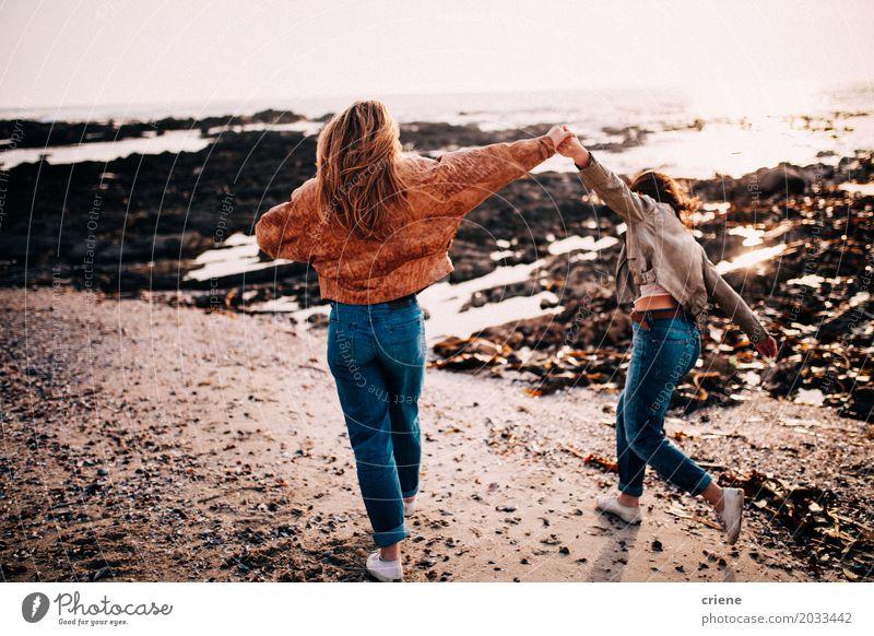 Jugendlich Mädchen, die Spaß haben, Spaziergang am Strand zu machen Lifestyle Freude Glück Leben Erholung Ferien & Urlaub & Reisen Tourismus Ausflug Abenteuer