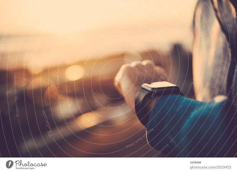 Schließen Sie oben vom Mann, der draußen seine intelligente Uhr verwendet Lifestyle Technik & Technologie Unterhaltungselektronik High-Tech