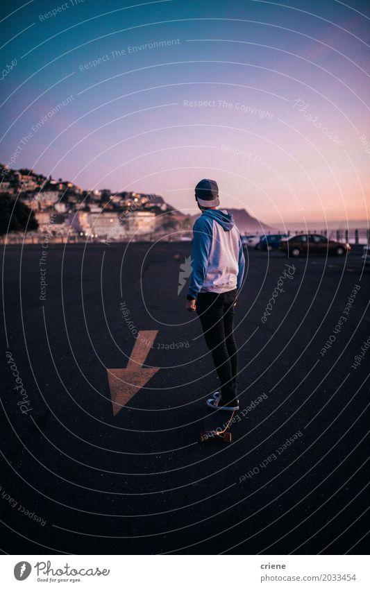 Reiten des jungen Mannes mit seinem langen Brett auf Parkplatz Lifestyle Sommer Berge u. Gebirge Sport maskulin Junger Mann Jugendliche Erwachsene 18-30 Jahre