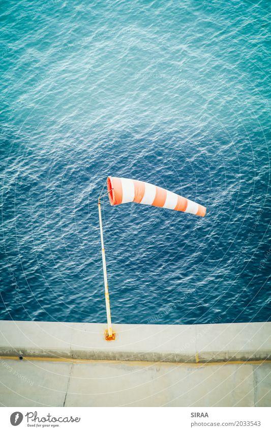 Blowing in the Wind Wasser Schönes Wetter Meer Hafen blau rot Windsack Fahne Luft waagrecht Windgeschwindigkeit Windmesser Windrichtung Windstärke Farbfoto