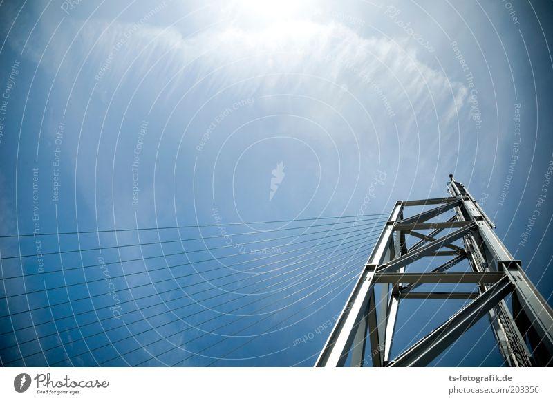 Übertriebene Windharfe Urelemente Luft Himmel Wolken Schönes Wetter Turm Architektur Stahlkonstruktion Stahlkabel Drahtseil Metallbau Linie hoch blau grau
