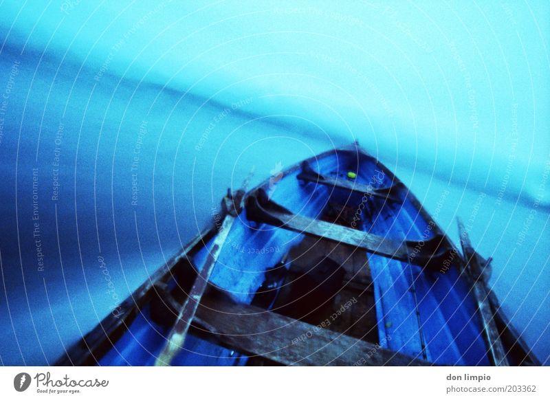Lake crossing blau Ferien & Urlaub & Reisen kalt Bewegung See nass Horizont Geschwindigkeit Ausflug fahren Unwetter Surrealismus Ruderboot Verkehrsmittel