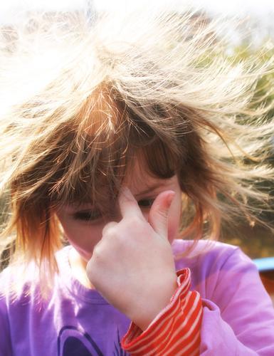 Spinnst Du – SPINNE Erwachsenenbildung Kindergarten Schere Bürste Mensch Kleinkind Mädchen Kopf Haare & Frisuren Hand Finger 1 3-8 Jahre Kindheit Sonne