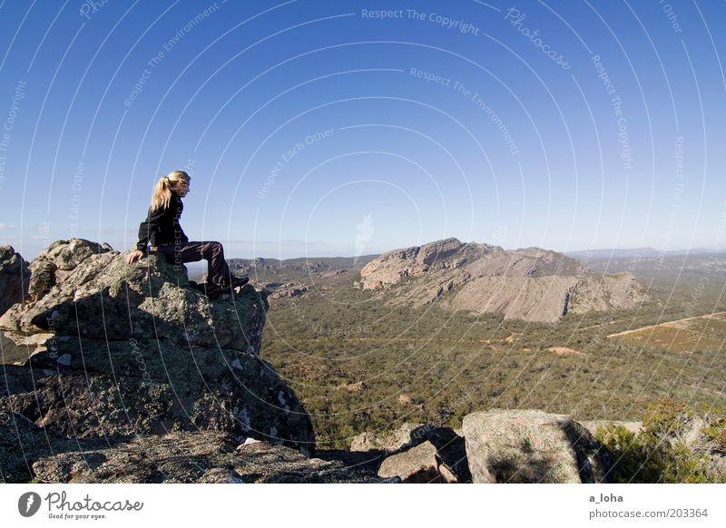 sightseeing Klettern Bergsteigen wandern Mensch Junge Frau Jugendliche Landschaft Wolkenloser Himmel Horizont Schönes Wetter Felsen Berge u. Gebirge sitzen