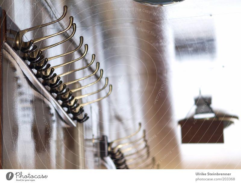 Aufhänger (AST HH 5/10) Garderobenhaken Haken aufhängen Lampe Deckenlampe Licht Unschärfe Wand glänzend Innenarchitektur gekrümmt krumm leer alt Messing