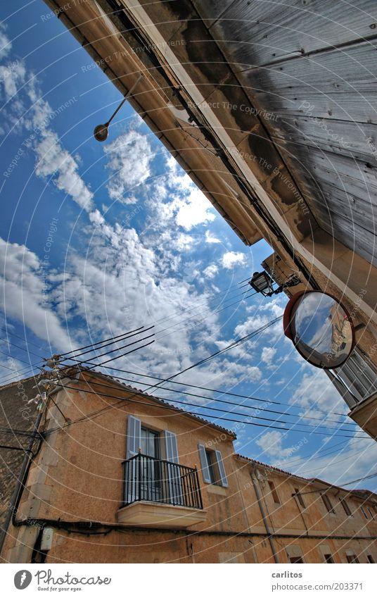 Spieglein, Spieglein an der Wand: alt Himmel weiß blau Sommer Haus Wolken Fenster Mauer Gebäude Wärme braun Kabel Spiegel