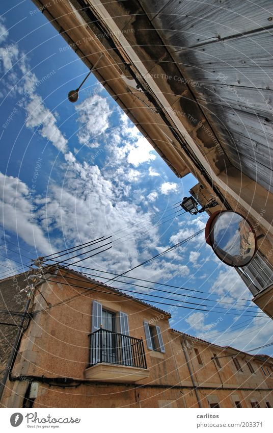 Spieglein, Spieglein an der Wand: Himmel Wolken Sommer Schönes Wetter Dorf Kleinstadt Altstadt Haus Gebäude Mauer Balkon Fenster alt eckig Wärme blau braun weiß