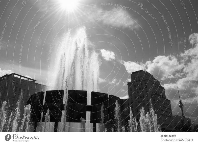 Der Himmel schaut zu Sightseeing Wolken Sonne Schönes Wetter Friedrichshain Hauptstadt Stadtzentrum Sehenswürdigkeit Berliner Fernsehturm heiß historisch
