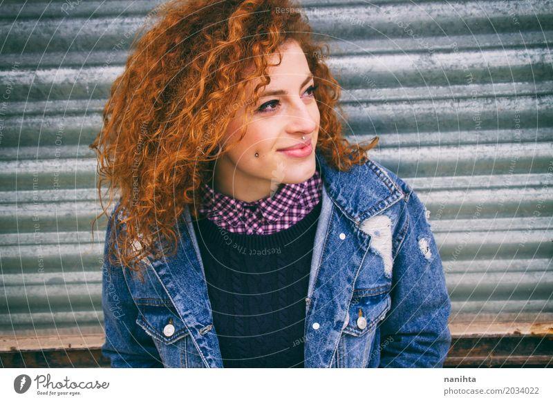 Jugendlich Lächeln der jungen Rothaarigen draußen Mensch feminin Junge Frau Jugendliche 1 18-30 Jahre Erwachsene Mode Bekleidung Hemd Pullover Jacke Piercing