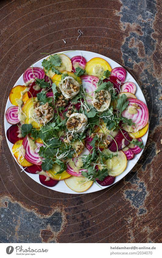 Bunte Bete mit überbackenem Ziegenkäse und gerösteten Walnüssen Lebensmittel Gemüse Salat Salatbeilage Rote Beete Walnuss Ernährung Mittagessen Abendessen